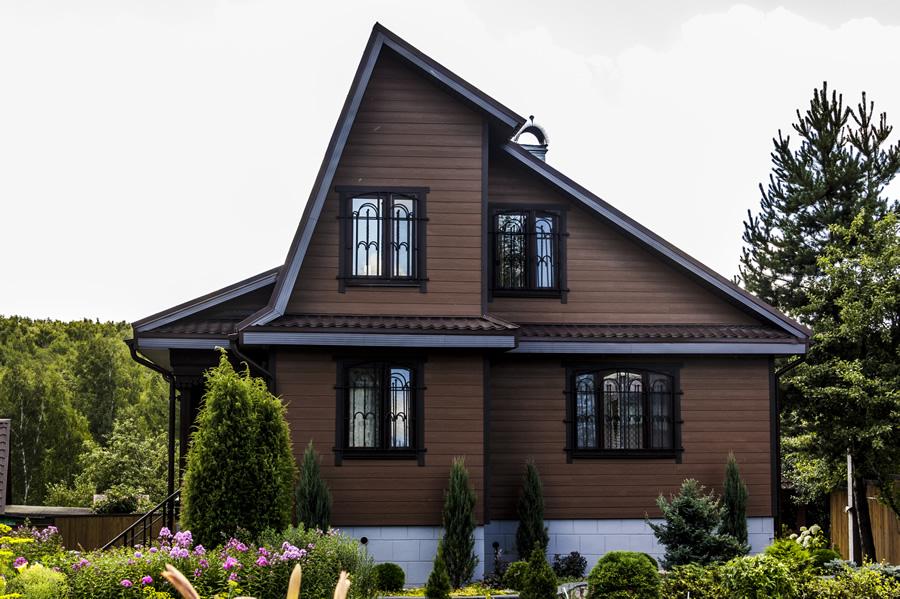 дом с коричневым сайдингом фото